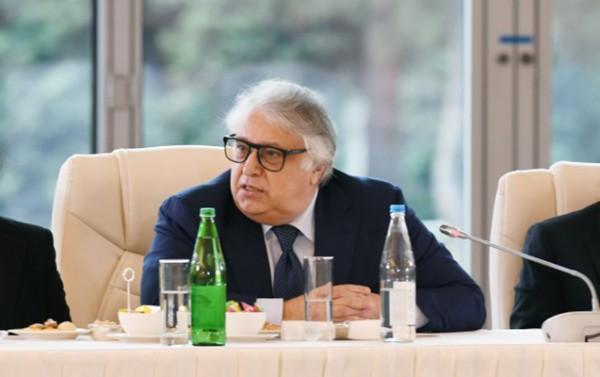 Rektor Zeynəb Xanlarovaya etiraz etdi