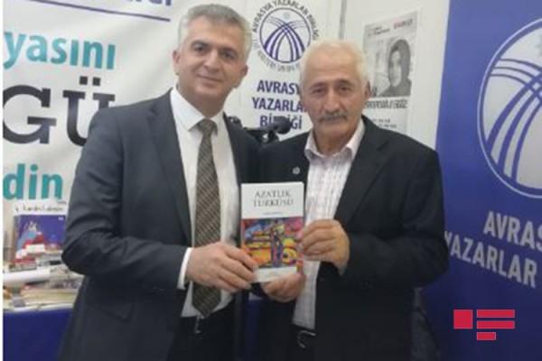 """Türkiyədə yazıçı Sabir Şahtaxtının """"Azadlıq türküsü"""" romanının imza günü keçirilib"""