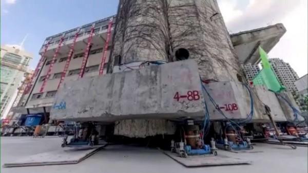 Çində məktəb binası yerdən götürülərək 62 metr kənara çəkildi