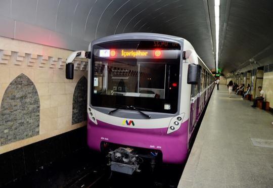 Bakı metrosunda sərnişin qatar yoluna yıxılıb, qatarların hərəkəti dayanıb