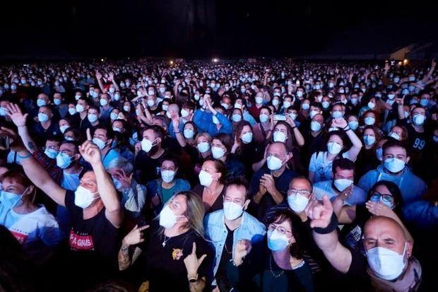 5000 nəfərlik konsert təşkil edib koronavirusun yayılma riskini yoxladılar - VİDEO