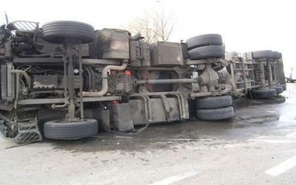 Bakı-Sumqayıt yolunda qəza: Yük avtomobilinin qabağı qopub düşdü