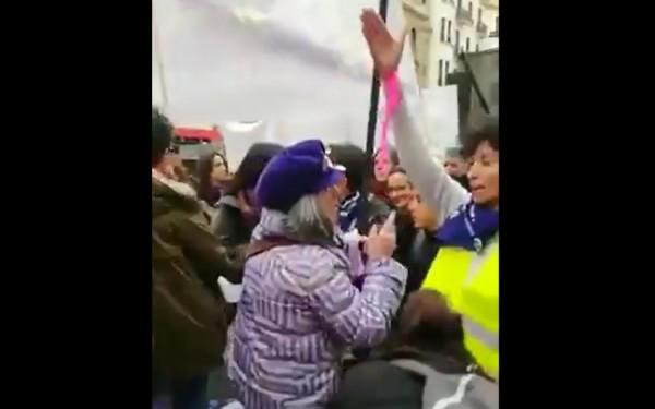 İspaniyada qadınlar feministləri döydü