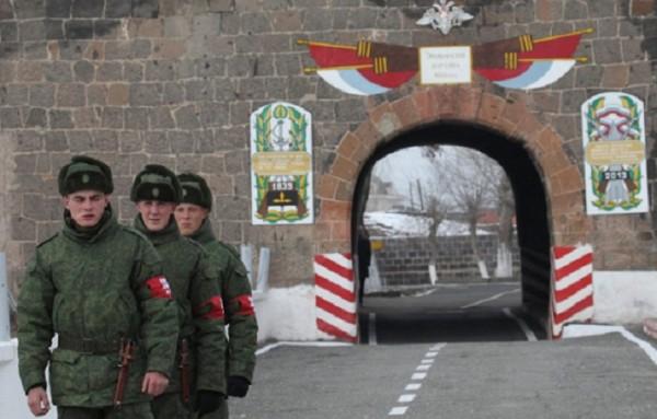 Ermənistanda Rusiya hərbçisinə və arvadına hücum edildi