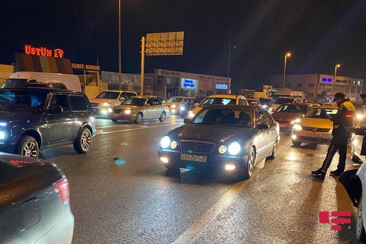 Qəfil yola çıxan piyada iki avtomobilin arasında qaldı - FOTO