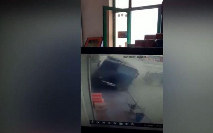 """Azərbaycanda """"KamAZ"""" marketə çarpıldı -  VİDEO"""