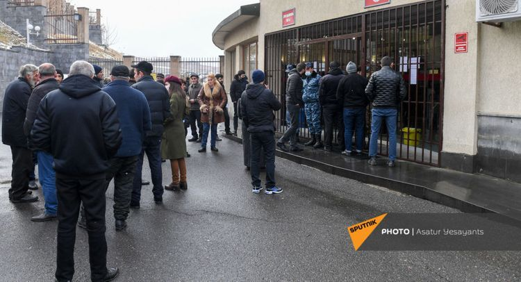 Ermənistan Müdafiə Nazirliyinin binası mühasirəyə alındı