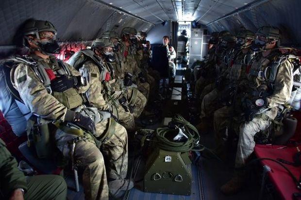 Türkiyə xüsusi təyinatlılarının gecə paraşütlə tullanma görüntüləri - VİDEO
