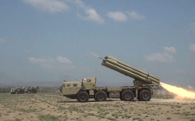 Raket-artilleriya batareyalarının döyüş atışlı taktiki təlimləri başlayıb -  VİDEO