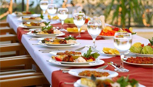 Restoranlarda bahalı iftar süfrələri:  Həmin süfrələrdə iftar açan insanların orucunun savabı qalırmı?
