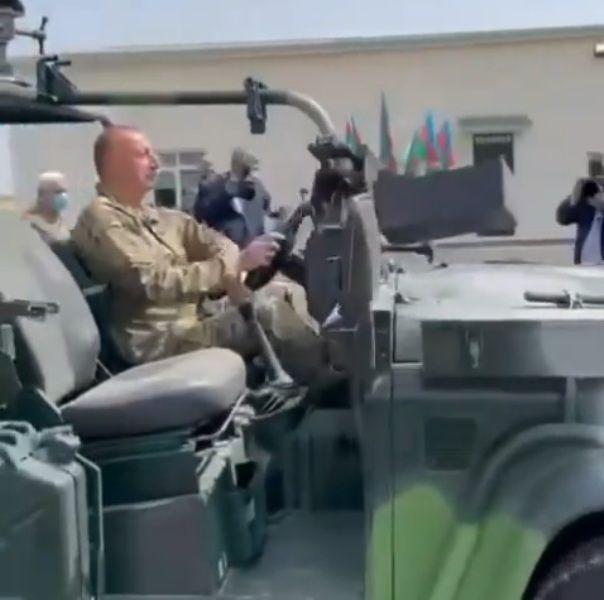 Prezident hərbi texnikanı sürdü -  VİDEO