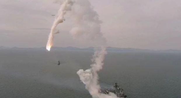 Rusiyada uğursuz hərbi sınaq: Raket buraxıldığı gəminin yanına düşdü -  VİDEO