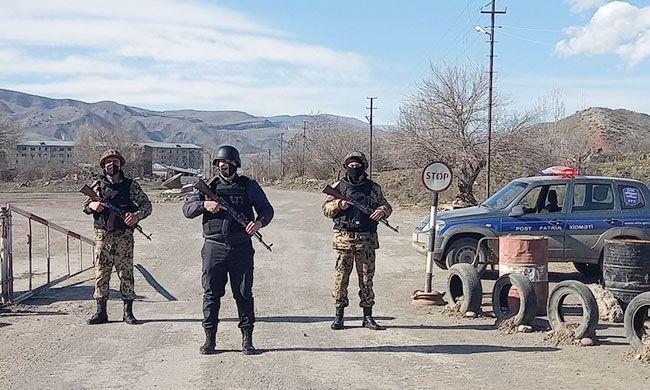 İşğaldan azad olunmuş əraziyə keçmək istəyən Bərdə sakini polisi maşınla vurub
