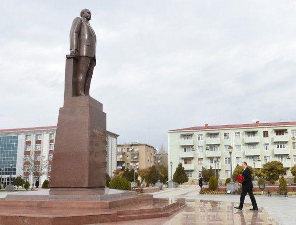 Prezident Naxçıvanda Heydər Əliyevin abidəsini ziyarət etdi