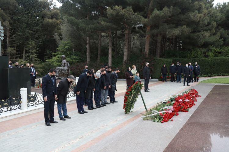 Dövlət Komitəsinin rəhbərliyi və kollektivi Heydər Əliyevin məzarını ziyarət edib