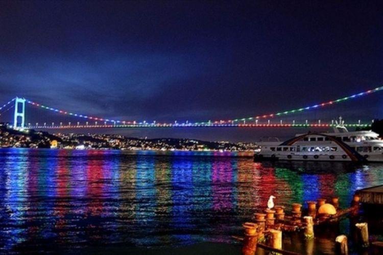 İstanbul körpüləri Azərbaycan bayrağının rənginə büründü