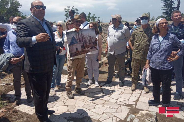 """Xarici diplomatlar Ağdamda ermənilər tərəfindən dağıdılmış """"İmarət"""" kompleksinə baş çəkib -  FOTO"""
