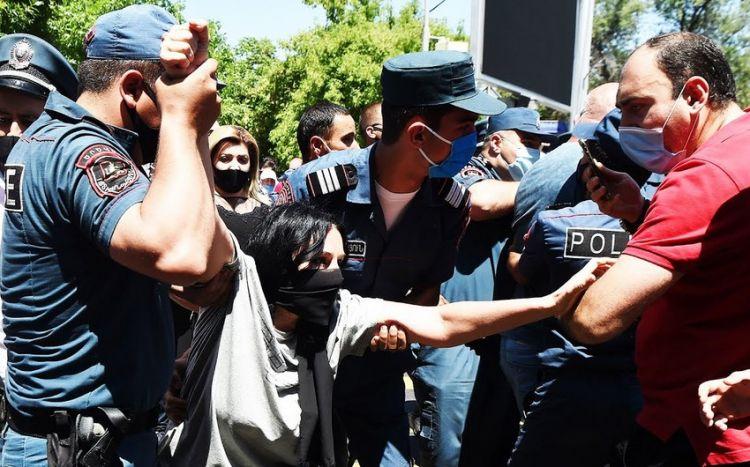 Paşinyanın tərəfdarları ilə partiyasının üzvləri arasında dava olub -  VİDEO