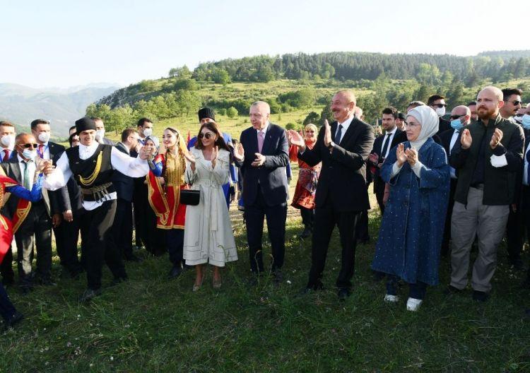 Prezident İlham Əliyev Şuşada Cıdır düzündə rəqs etdi - VİDEO