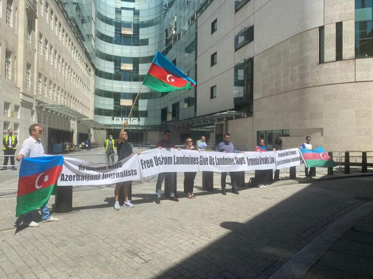 Azərbaycanlılar BBC-nin binası qarşısında aksiya keçirib