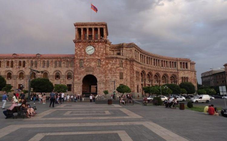 Azərbaycan bayrağı təsvir edilmiş pivə şüşələri Ermənistanda qalmaqal yaratdı - FOTO