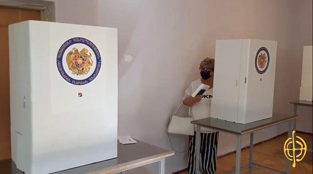 """Ermənistandan rüsvayçı görüntülər:  """"Üç nömrəli bülleteni zərfə qoyun"""" - VİDEO"""