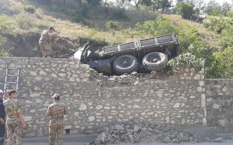 Göygöldə hərbçiləri daşıyan yük avtomobili aşıb -  10-dan çox yaralı var - VİDEO