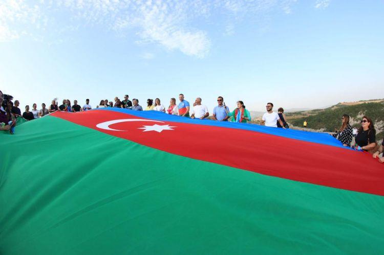 Diaspor nümayəndələri Cıdır düzündə Azərbaycan bayrağını dalğalandırıblar - FOTO