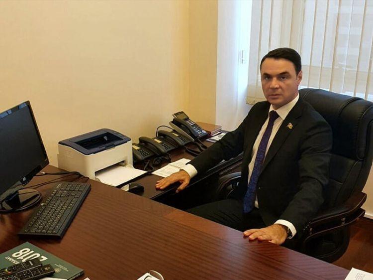 Polisi döyən deputatın mandatı əlindən alına bilər? -  İZAH