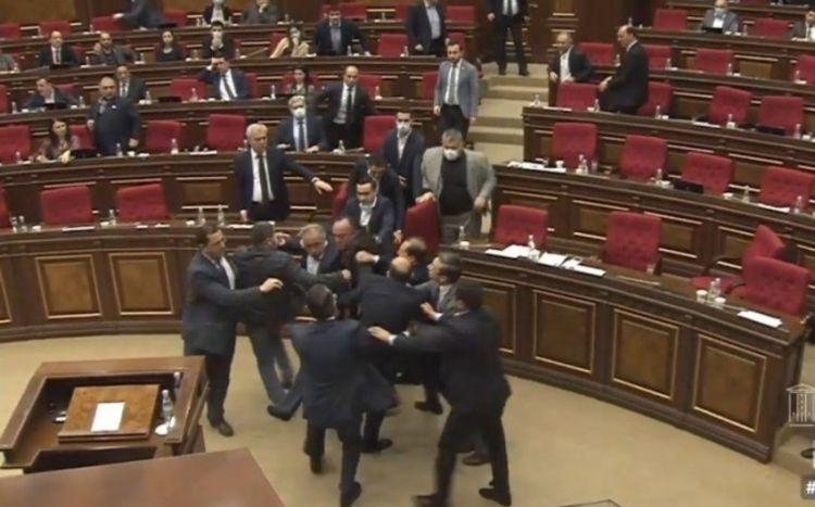 Ermənistan parlamentində yenə dava:  Bir-birilərinə butulka atdılar - VİDEO