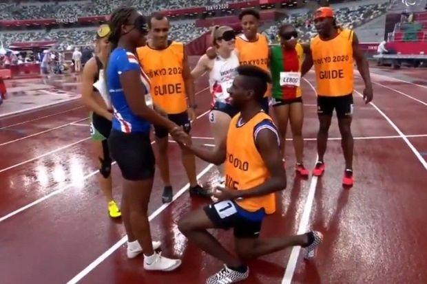 Paralimpiyaçı qadın qaçış zolağında evlilik təklifi alıb –  VİDEO