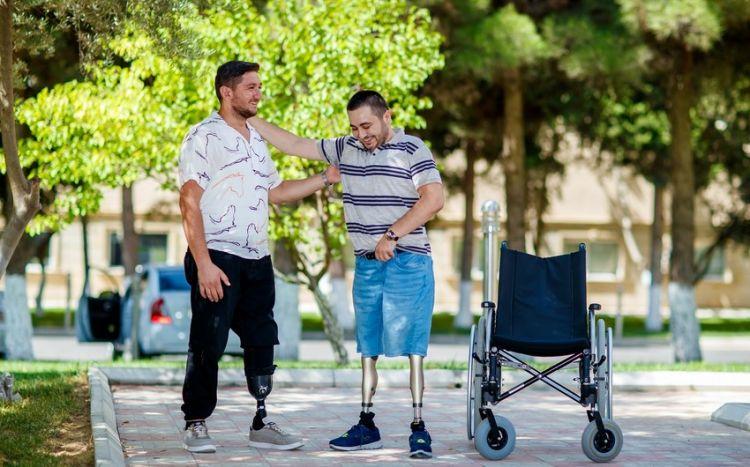 Daha iki qazi yüksək texnologiyalı protezlərlə təmin edilib -  FOTO