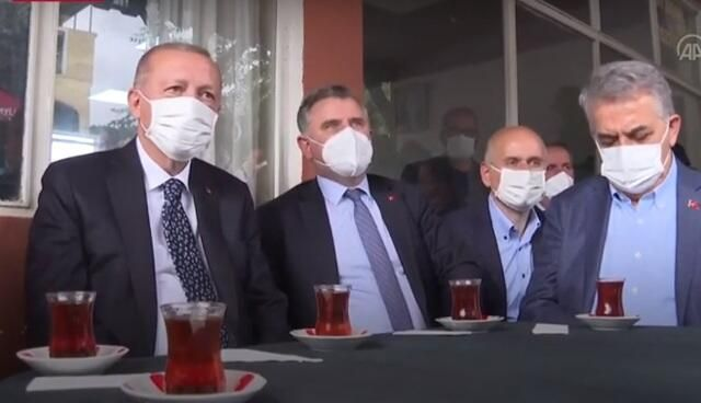 Ərdoğan kafedə sakinlərlə çay içdi -  VİDEO