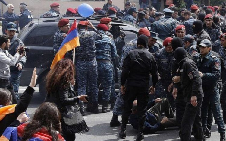 Ermənistanda etirazçılarla polis arasında qarşıdurma olub