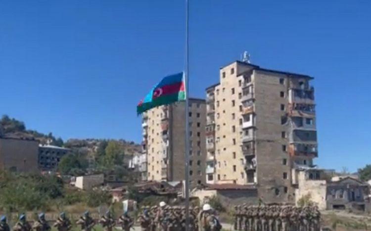 Mais Bərxudarov Şuşada Azərbaycan bayrağını qaldırdı -  VİDEO