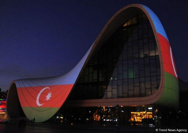 Heydər Əliyev Mərkəzi Azərbaycan bayrağı ilə işıqlandırıldı -  FOTO