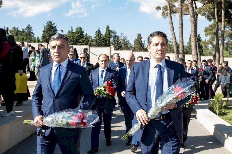 Nazirliyinin kollektivi İkinci Şəhidlər xiyabanını ziyarət edib -  FOTO