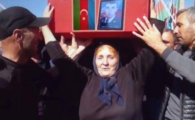 """Düşmənin vurduğu tankla döyüşə qatılan igidimizin anası: """"Tabutunu başımda apardım"""" -  FOTO"""