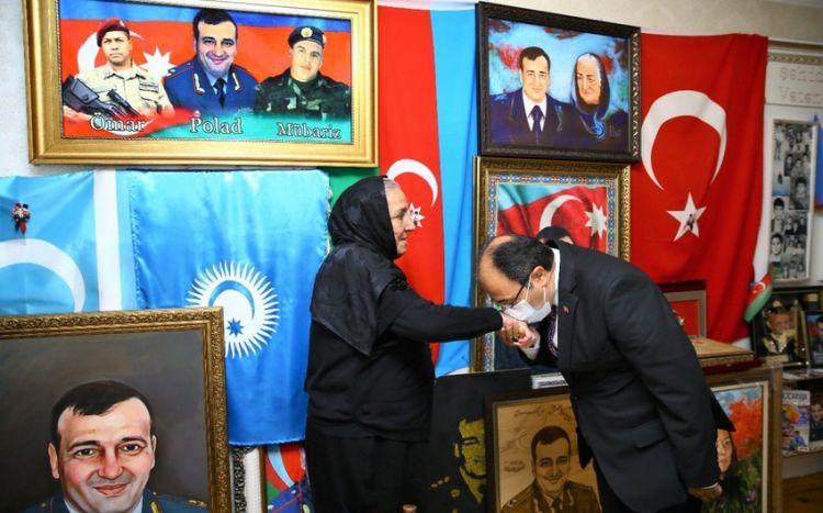 Türkiyə səfiri Polad Həşimovun anasının əlini öpdü -  FOTO