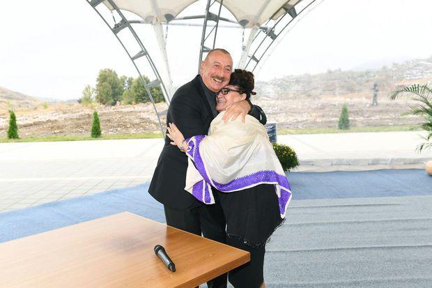 """Prezident """"dəmir yumruğu"""" öpmək istəyən Əməkdar artisti bağrına basdı -  VİDEO"""