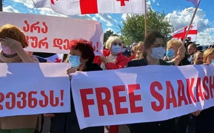 Tbilisidə Saakaşvilinin azad edilməsi tələbi ilə aksiya başlayıb