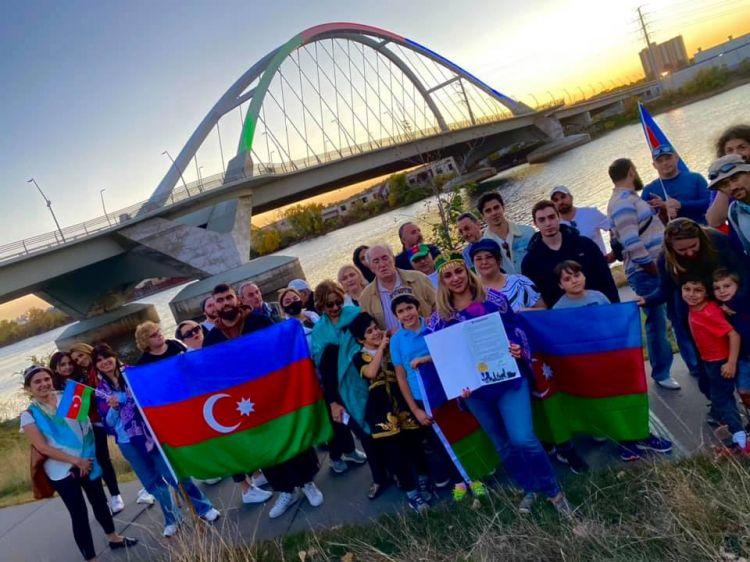 Minneapolisdəki körpü Azərbaycan bayrağının rəngləri ilə işıqlandırılıb -  FOTO